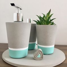Image shared by sincerelylucy. Find images and videos about flower, diy and creative on We Heart It - the app to get lost in wh… Diy Concrete Planters, Concrete Crafts, Concrete Projects, Cement Flower Pots, Cement Art, Papercrete, Beton Diy, Diy Holz, Painted Pots