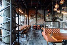 Restaurante The Urban Foundry, em Pune, Índia. Projeto por K-7 Designs.