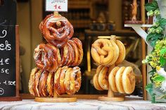 Pretzels traditionally used wood ash water, but these days baking soda is more common. Oktoberfest Party, Kebabs, Food Truck, Nut Free Snacks, Weight Loss Snacks, Healthy Snacks For Kids, Snacks Kids, Yummy Snacks, Eating Healthy