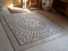 Időközben elkészült ez a padló mozaik, aminek az az érdekessége, hogy egy színű padlóburkolatból készült. A blogban már többször bemutattam olyan mozaikokat, amelyek több színű járólapból készültek. Ez a mostani bizonyíték arra, hogy akár egyféle lapból is készülhet…