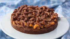 Liker du brownie og ostepop? Da er denne kaken midt i blinken.Astrid Magnus Eskeland, som står bak matbloggen Bollefrua.no, har laget en brownie toppet med ostepop og smeltet melkesjokolade - en oppskrift som ser ut til å overraske mange. I skrivende stund har oppskriften fått over 385 kommentarer på Godts egen Instagram-konto - noe som er oppsiktsvekkende mye. – Jeg elsker kombinasjonen av salt og søtt, så da jeg så denne oppskriften måtte jeg bare bake den, forteller hun til Godt. Dessert Recipes, Desserts, Brownies, Muffin, Food And Drink, Pie, Cookies, Baking, Breakfast