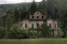 Abandoned Mansion by Nikontento Abandoned Property, Abandoned Castles, Abandoned Mansions, Abandoned Places, Spooky Places, Haunted Places, Old Buildings, Abandoned Buildings, Spooky House