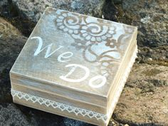 Caja del anillo, personalizado anillo boda, propuesta anillo caja, caja del anillo rústico, caja de JuliannaBG en Etsy https://www.etsy.com/es/listing/257979943/caja-del-anillo-personalizado-anillo