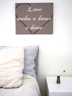 Tekst op canvas Love makes a house a home mooi voor bijvoorbeeld in de slaapkamer. In een handomdraai een mooie muurdecoratie!