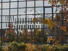 Wiesbaden, Bürogebäude mit spiegelnder Glasfront