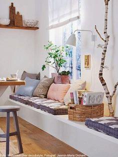 Mooie sfeer voor in een hal.               Bankjes onder het raam brengen gezelligheid.               Ruime keukens in natuurlijke materia...