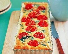 This moist cherry tomato and spinach quiche is the perfect light lunch on a hot Summer day. Spinach Quiche Recipes, Comidas Light, Good Food, Yummy Food, Cooking Recipes, Healthy Recipes, Light Recipes, Cherry Tomatoes, Food And Drink