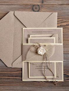 Apaixonados pelos elementos naturais, como papel craft, papelão e outros tipos de papel reciclado. Veja os convites de casamento mais pinados pelos franceses