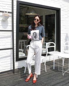 You've probably heard of minimalist art, but how about minimalist fashion? Minimalist fashion is defined by one major principle: keep … Korean Fashion Trends, Korean Street Fashion, Korea Fashion, Asian Fashion, Korean Street Style Summer, Fashion Moda, Look Fashion, Fashion Outfits, Womens Fashion