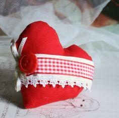 cuore di stoffa imbottito e decorato
