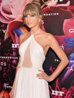 Taylor Swift: look elegante en los Fragrance Awards (Fotos) Estilo Taylor Swift, Taylor Swift Style, Taylor Alison Swift, Emilio Pucci, Nice Dresses, Prom Dresses, Herve Leger Dress, All About Fashion, Strapless Dress Formal