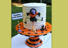 I think my favorite Halloween cake ever! :D This is the one you should make for your cake decorating class. Halloween Torte, Pasteles Halloween, Dulces Halloween, Bolo Halloween, Dessert Halloween, Halloween Baking, Theme Halloween, Halloween Goodies, Halloween Cupcakes