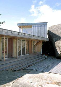TO ETASJER, MEN IKKE RUVENDE: Selv om hytta løper over to nivåer, har bygningen en diskret framtoning i terrenget.
