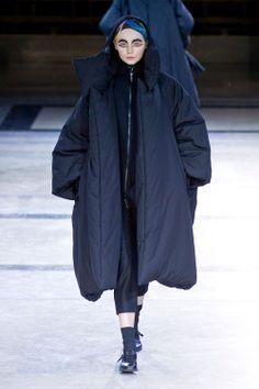 Yohji Yamamoto at Paris Fashion Week Fall 2014 - Runway Photos Fashion Week, Runway Fashion, Girl Fashion, Fashion Show, Paris Fashion, Yohji Yamamoto, Models Backstage, Dresses For Teens, Simple Outfits
