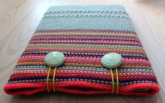 Crochet MacBook Sleeve by Gabym Crochet Laptop Case, Crochet Case, Crochet Gifts, Knit Crochet, Knitting Designs, Knitting Patterns, Crochet Patterns, Crochet Ideas, Diy Crochet Accessories