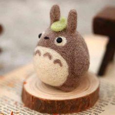 Feutrage Kit pour faire un Totoro, peut être utilisé comme porte-clés, bijou de sac, bijou de téléphone portable, bureau mignon & du foyer.  Bienvenue sur ma boutique : https://www.etsy.com/shop/uhandcraft?ref=hdr_shop_menu  Le kit comprend : -Étape par étape des instructions -Aiguille à feutrer -Laine mèche pour les article (s) -Une paire d'yeux -Une petite souche  You Will Need(not include) : -Coussin en mousse pour la surface de travail -Règle & ciseaux -Colle (pour les yeux lattache)…