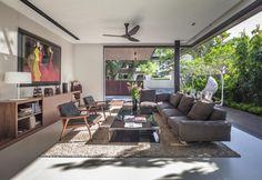 Il living affaccia sulla terrazza verde ed è delimitato su tre lati da vetrate scorrevoli capaci di creare quel senso di continuità con l'esterno ricercato dai progettisti