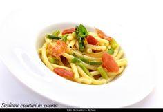 Bucatini cacio e pepe con asparagi, prosciutto crudo croccante e menta