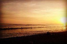 La de hoy en Instagram: Surf al atardecer. Toda hora es buena cuando tienes ganas de correr olas. Reserva tu turno para mañana al 997346070. #surf #Lima #Peru #learntosurf #surfinglessons #EndlessSummer #Miraflores #Makaha - http://ift.tt/1K8gmug