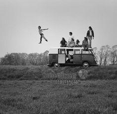 Jump! christian/Timeline Images #Hamburg #Studenten #Freunde #Bulli #Sprung #Springen #Retro