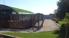 Los jardines con acceso a traves del pasillo de seguridad en Gatosphera.