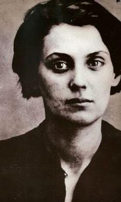 """Rachel Bespaloff (Bulgaria 1895- EEUU 1949) nació en el seno de una familia de intelectuales judíos, hija de un médico y una doctora en filosofía. En 1919 se instaló en Paris, donde frecuento al filósofo Léon Chestov, y empezó a escribir bajo el impacto de su pensamiento. En sus ensayos de filosofía, Bespoff regresa una y otra vez a la cuestión de la belleza dentro de la confusión del mundo. Su obra más significativa es """"De la Iliada"""", comenzada poco antes de la invasión nazi y de emprender…"""