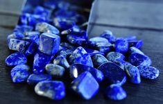Son nom a une double origine, latine (lapis signifie pierre) et arabe (azul signifie bleu). Avec un nom qui danse sur la langue, une riche histoire avec la royauté et les artistes, et une teinte bleu profond chatoyante qui laisse les yeux grands ouverts, le Lapis Lazuli est l'incarnation de tout ce que nous adorons dans le monde mystique des cristaux de guérison. Lapis Lazuli, Mystique, Tumbled Stones, Lake Baikal, Latin Dance, Crystals, Artists, Eyes