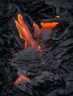 Crawler - Lava surface-flows converge and slowly crawl down the black slopes of Kilauea Volcano, Big Island, Hawaii Hawaii Volcanoes National Park, Volcano National Park, All Nature, Amazing Nature, Volcano Parts, Erupting Volcano, Lava Flow, Natural Disasters, Natural Wonders
