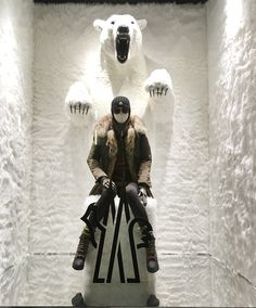 Moncler store - selling coats with the perception of feeling in a cold winter place Retail Facade, Retail Windows, Store Windows, Window Display Retail, Window Display Design, Visual Merchandising Displays, Visual Display, Boutiques, Vitrine Design