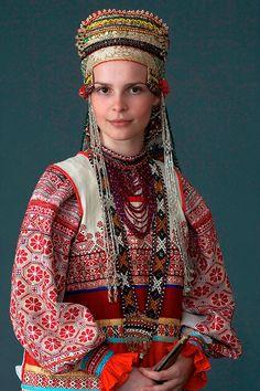 Молодая женщина в праздничном костюме. Село Дорожово, Орловская губ., начало XX в. Коллекция Музея традиционного костюма. Фотограф Дмитрий Давыдов.
