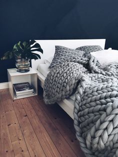 Ohhio's Grande Punto Large blankets. Chunky blanket - Decoration For Home Large Blankets, Knitted Blankets, Merino Wool Blanket, Chunky Blanket, Sweater Blanket, My New Room, Bedroom Decor, Bedroom Ideas, Bedroom Designs