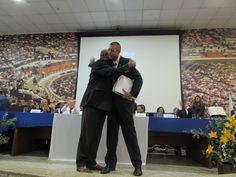 Recebendo a Moção da Câmara Municipal do Rio de Janeiro das mãos do Vereador João Mendes de Jesus.