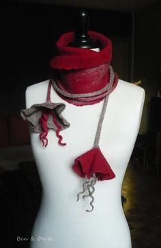 Une écharpe liane en laine mérinos rouge et des fibres gris naturel feutrée sur de la soie rouge !