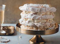 Meringue-koek met romerige tiramisuvulsel | rooi rose Meringue Desserts, No Bake Desserts, Cold Desserts, Sweet Recipes, Cake Recipes, Yummy Recipes, Bread Cake, Cake With Cream Cheese, Sweet Tarts