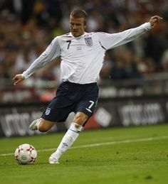 David Beckham- bending a free kick. Adidas Football, Football Boots, Soccer Drawing, David Beckham Style, Bend It Like Beckham, Free Kick, Kicks, Running, Sports