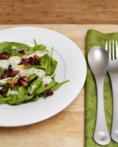 A delicious and refreshing cranberry, almond and spinach salad topped with homemade poppy seed dressing Salad Bar, Side Salad, Soup And Salad, Healthy Salads, Healthy Eating, Healthy Recipes, Paleo Meals, Stay Healthy, Healthy Foods