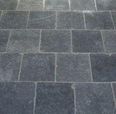Vloertegels van natuursteen, in een grijze kleur.       Voordeel: Het is makkelijk schoon te houden. Nadeel: Het is gevoelig voor krassen.