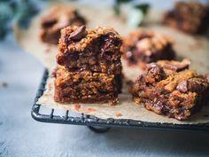 Vegaaniset maapähkinävoi-suklaaneliöt ovat täydellisen tahmaisia ja herkullisia. Mutta varo vaan, niihin voi jäädä vaikea addiktio!