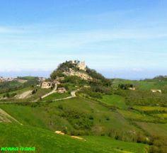 Ecco sorgere il colle di Canossa Reggio Emilia, Toscana, Small World, Matilda, Castles, Golf Courses, Buildings, Italia, Chateaus