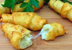 Bramborové rohlíčky plněné sýrem, jednoduchý vynikající recept, na jehož přípravu Vám postačí pár obyčejných surovin. Pokud Vy a Vaši nejbližší oceňujete tradiční českou kuchyni, pak je pro Vás tento recept jako stvořený. Spojení měkkého a jemného křupavého těsta s rozteklým sýrem je spojení, jež ukojí nejen Vaše chuťové buňky, ale i celé Vaší rodiny. Ještě … Slovak Recipes, Russian Recipes, Vegan Recipes, Cooking Recipes, Cook N, Food 52, Food To Make, Chicken Recipes, Food Porn