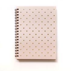 Imagine uma mesa de trabalho linda e com a sua cara. É, o caderno Rosa Coração vai fazer isso virar realidade ♡