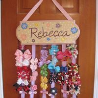 New Hair Accessories Storage Diy Headband Holders Ideas Organizing Hair Accessories, Diy Hair Accessories, Diy Headband Holder, Diy Hair Bow Holder, Hair Bow Hanger, Headband Storage, Diy Hair Bows, Diy And Crafts, Crafts For Kids