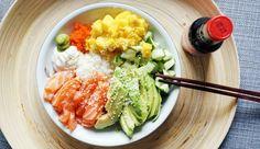 Poke bowl met zalm, mango en avocado