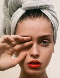 Fresh, clean skin with a dash of red lipstick - one of our favorite makeup lo . - Fresh, clean skin with a dash of red lipstick – one of our favorite makeup looks … - Beauty Makeup, Eye Makeup, Hair Beauty, Clean Makeup, Makeup Lipstick, Blaues Make-up, Red Lipsticks, Blue Lipstick, Liquid Lipstick