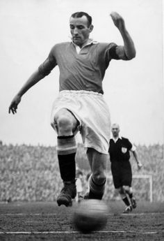 Allenby Chilton was @manutd captain between 1954 and 1955. The defender was signed from Liverpool in 1938 and gave the Reds 18 years of distinguished service before going on to take up the role of player-manager at Grimsby Town.