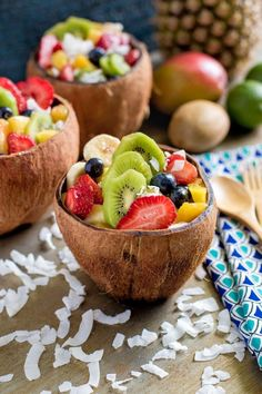 Tropical Fruit Salad with Agave Lime Dressing Tropischer Fruchtsalat serviert in Kokosnussschalen. Tropical Fruit Salad, Best Fruit Salad, Fruit Salad Recipes, Fresh Fruit, Smoothie Recipes, Tropical Desserts, Fruit Food, Tropical Party, Fruit Snacks
