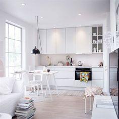 <span>Maxat i vitt. I det kompakta köket Maja från Vedum går väggskåpen upp till tak, ett effektivt sätt att utnyttja alla utrymmen. Luckan finns i fem olika höjder.</span>