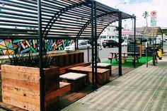 ocupação criativa e aberta do espaço urbano:  conheça os Parklets, espaços de lazer e convivência instalados em vagas de carro no meio da rua.