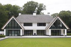 Van der Wardt - thatched-roof villa Bikbergen - high ■ exclusive living and garden . Dream Home Design, My Dream Home, House Design, Building Design, Building A House, Different House Styles, Bungalow, Dream House Exterior, Modern House Plans