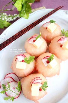 見た目も可愛い手まり寿司を洋風に。定番の生ハム手まり寿司は、チーズを加えてアクセントに。ピンクの色も鮮やかで華やか!おもてなしや年末年始に。 Yummy Asian Food, Yummy Food, Asian Foods, Temari Sushi, Fancy Food Presentation, Mooncake Recipe, Sushi Art, Asian Recipes, Ethnic Recipes